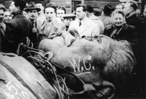 הונגריה 1956. פועלים ליד ראש פסלו המנותץ של סטלין