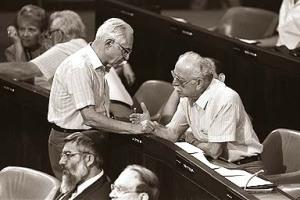 חברי הכנסת וילנר וטובי במליאת הכנסת. צילום: אתר הכנסת