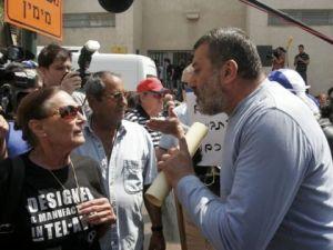 מפגינים מתעמתים עם יעל דיין. צילום: פלאש 90