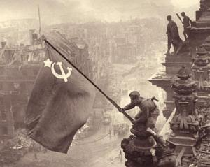 בצילום: הדגל הסובייטי מונף על הרייכסטאג ההרוס