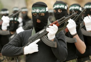 בטווח הארוך, התחזקות החמאס תתבע הכרעה. צילום אילוסטרציה: חיילי צבא חמאס צועדים בעזה