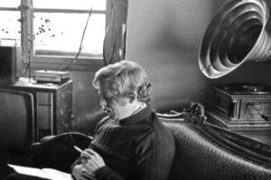 """צילום מתוך הסרט """"האזרח ואצלב האוול יוצא לחופשה"""" (1985)"""