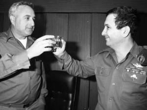 """ליפקין-שחק עם אהוד ברק, מחליפו בפיקוד המרכז, ב-1986 צילום ארכיון: """"מעריב"""""""