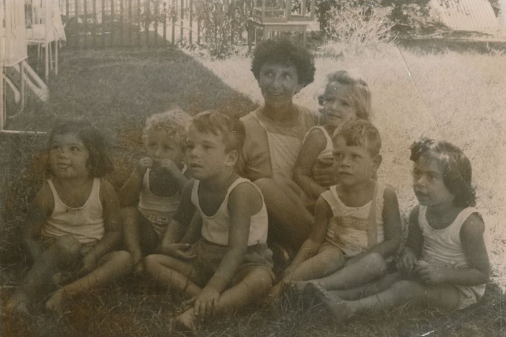 ורדה מלכין עם שישיית הילדים בקיבוץ עין דור